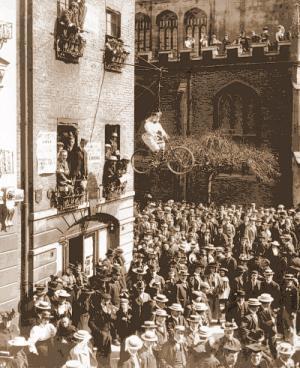 1897년 캠브리지 대학교에서 벌어진 여학생 학위 수여 반대 시위. 신여성에 대한 상징으로 바지를 입고 자전거를 타는 여성 인형을 매달아놓았다. - Courtesy of Cambridge Daily News, 21 May 1897.
